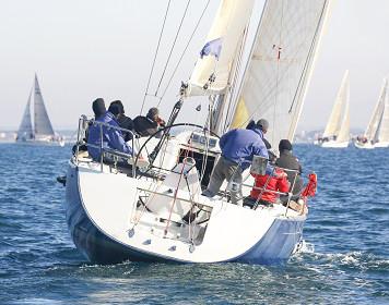 Segelcrew auf einem Boot: massive Manöver begünstigen Seekrankheit