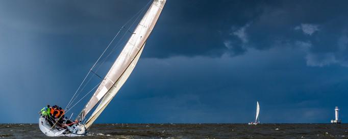 Segelboot unterwegs auf Atlantik
