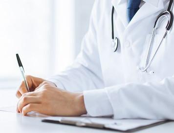 Auslandskrankenversicherung: Behandlungs-Gespräch beim Arzt