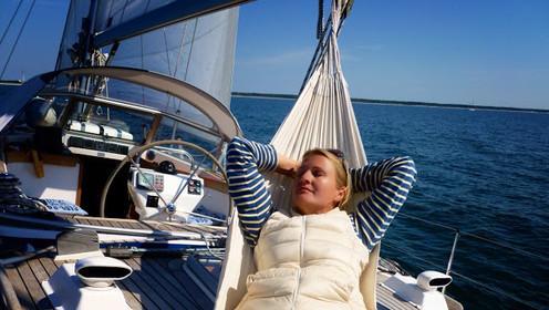 Biggi Krumm beim Sonnenbaden auf der SY Victoria