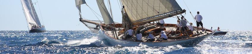 Boots-Insassenunfallversicherung: Crew auf kippendem Segelboot