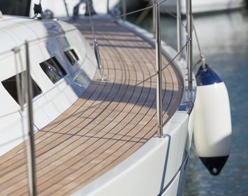 Boots-Kaskoversicherung: Deck eines Segelbootes