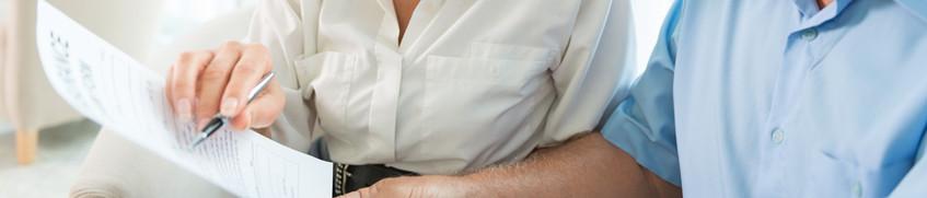 Charter-Folgeschadenversicherung: Personen besprechen Vertrag