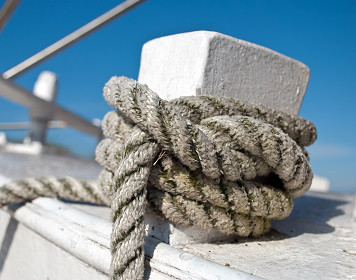 Charter-Kautionsversicherung: Knoten am Schiff