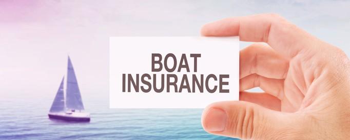 Charterversicherung: Versicherungskarte vor Segelboot