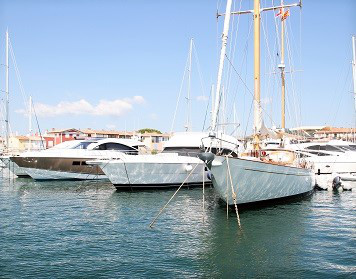 Charterversicherung: Segelboote im Hafen