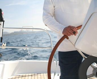 Skipper lenkt Segelyacht
