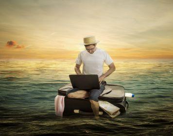 Mann sitzt auf schwimmendem Koffer und sucht Charter-Folgeschadenversicherung