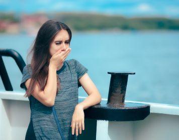 Frau an Bord eines Schiffs leidet unter der Seekrankheit