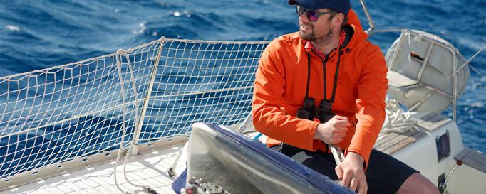 Segelcrew: Mann segelt