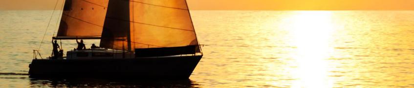 Segelboottyp Segelyacht im Sonnenuntergang