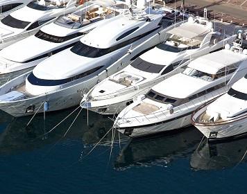 Bootsversicherung: gesicherte Boote im Hafen