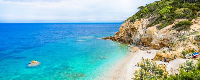 Segeln Elba: Felsenküste an blauem Meer
