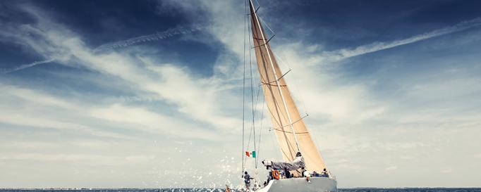 Segeln England: Segelboot vor dunklem Himmel