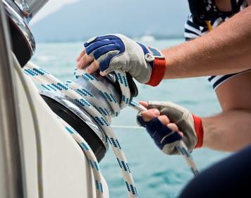 Wichtige Segel Accessoires: Bordarbeit mit robusten Segelhandschuhen