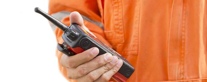 Funkzeugnis: Funkgerät vor oranger Warnjacke