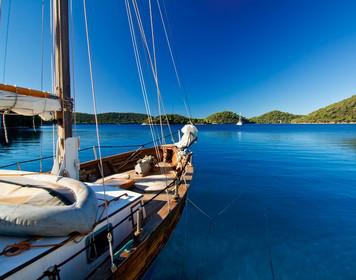 Funkzeugnis - UBI: Segelboot auf blauem Wasser
