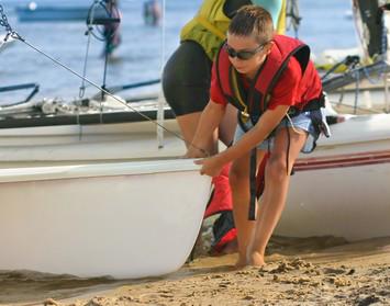 Jüngstensegelschein: Kind zieht Boot aus dem Wasser