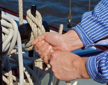 SBF See praktische Prüfung: Prüfling knüpft Knoten