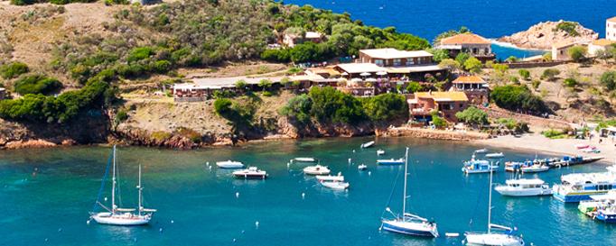 Segeln Korsika: Segelboote in kleiner Anlegestelle