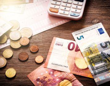 Kosten für den Sporthochseeschifferschein: Geld auf Tisch