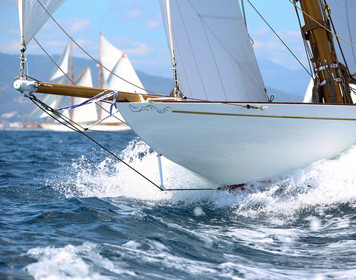 Boots-Kaskoversicherung: Segelboot auf hohen Wellen