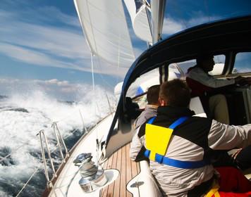 Mann-über-Bord-Manöver: Segelboot bei starkem Wellengang