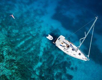Manöver vor Anker: Segelboot aus Vogelperspektive