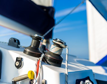 Equipment auf Segelboot: wichtig beim Segeln lernen