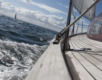 Mittel gegen Seekrankheit: Reling eines Segelboots