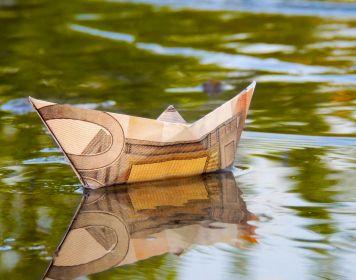 Kosten Sportküstenschifferschein: Segelboot aus Geld gefaltet