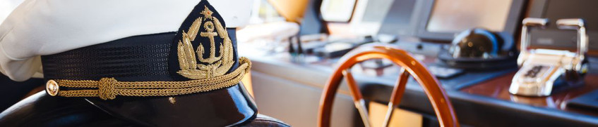 Skippertraining: Kapitänsmütze in der Kajüte