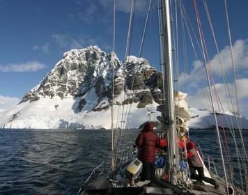 Packliste zum Segeln: Segelboot in der Arktis