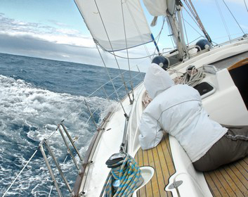 Prüfung zum Sportseeschifferschein: Frau auf Segelboot