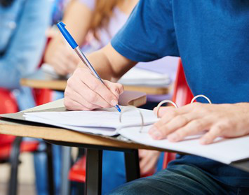 Prüfling absolviert Theorie-Prüfung zum SBF Binnen