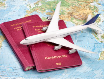 Reiserücktrittsversicherung: Pässe auf Landkarte