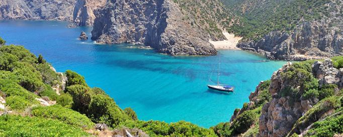 Segeln Sardinien: Türkises Wasser in Bucht