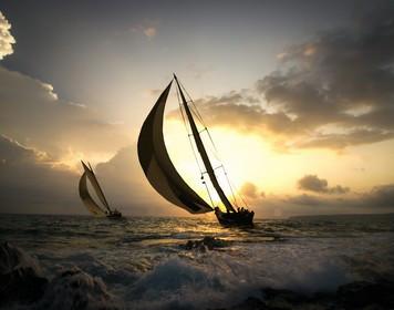 Segelboot im Sonnenuntergang: Schöne Törns mit dem SBF See
