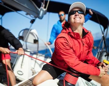 Frau mit Segeltau: praktische Seemannschaft