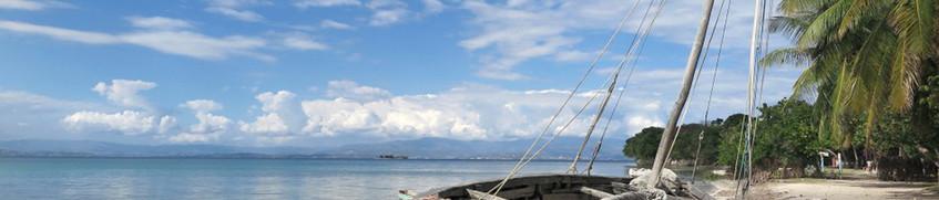 Ein Segelboot an einem haitischen Strand