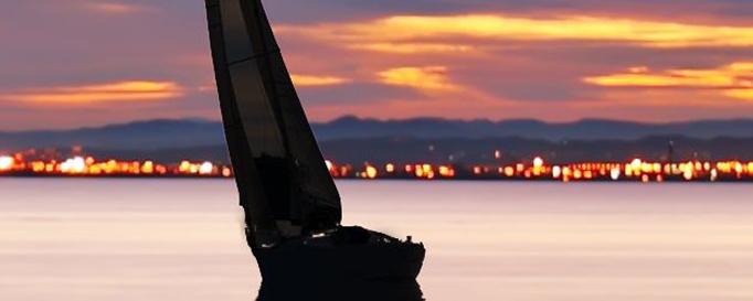 Segelboottyp Slup vor feuerrotem Himmel