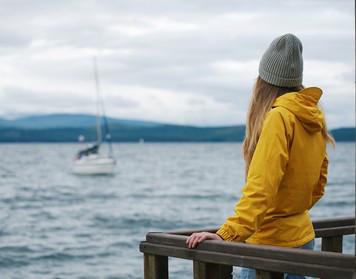 Segeljacken Klassiker: Frau trägt gelbes Ölzeug