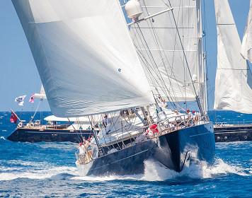 Segelmanöver: Segelboot bei Kursänderung