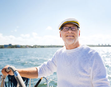 Skipper mit Kapitänsmütze