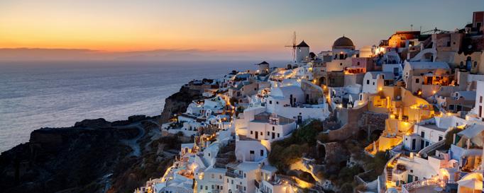Segeln ägäisches Meer: Beleuchtete Küstenstadt am Abend