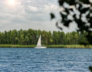 Boot segelt auf Binnengewässer