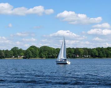 Segelboot auf Binnengewässer