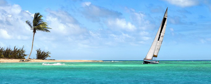 Segeln Bahamas: Segelboot an karibischer Küste