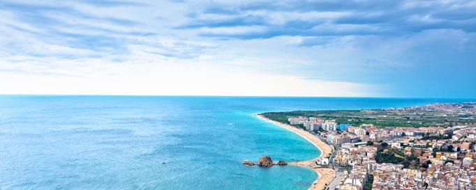 Segeln Costa Brava: Horizont hinter städtischer Küste