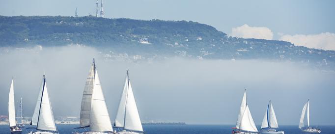 Segeln Deutschland: Segelboote im Nebel